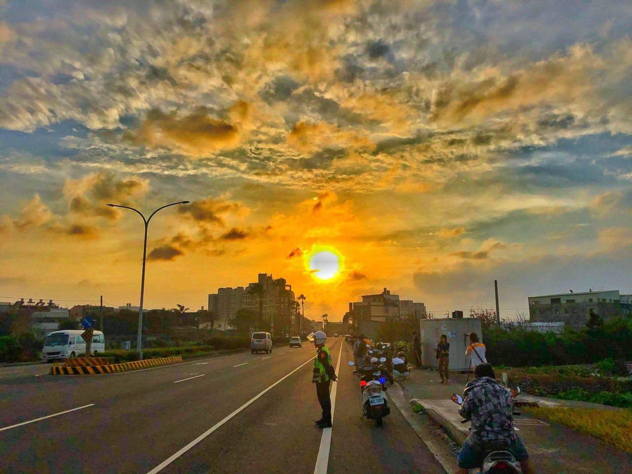 台中市大甲區經國路今天傍晚的懸日。圖/民眾提供