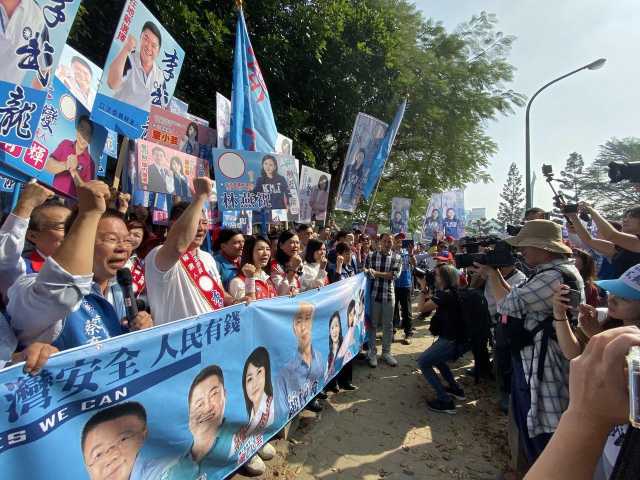 國民黨立委參選人今天在謝龍介陪同下前往選委會登記參選。記者修瑞瑩/攝影