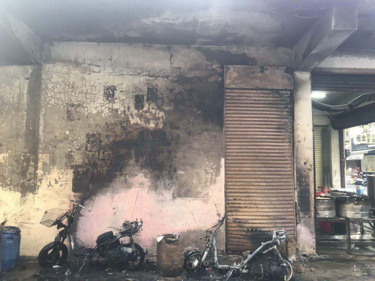 台中市大里區塗城路一處民宅前的攤商下午4時許疑因瓦斯管線起火,釀起一場火災,所幸...