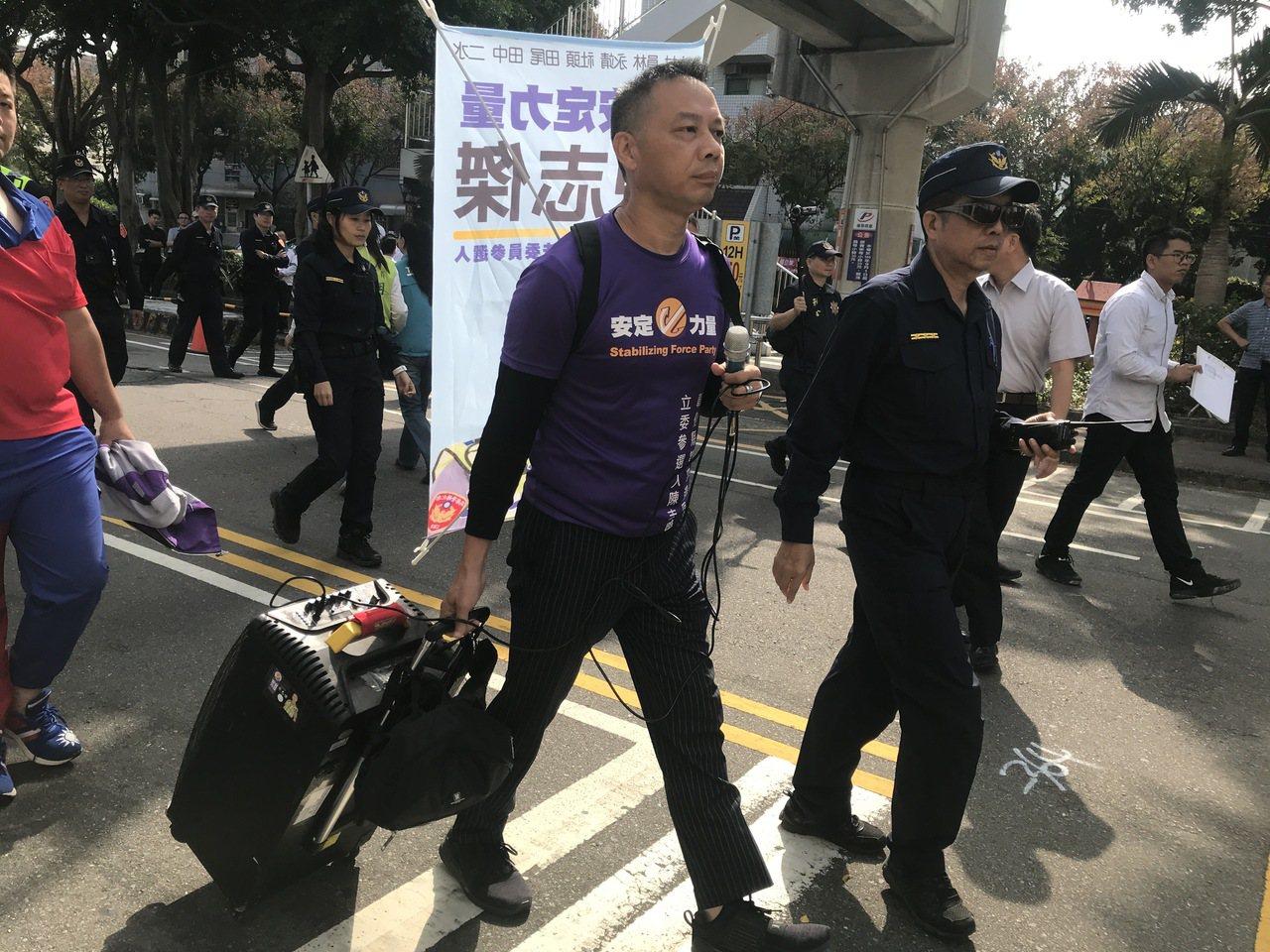 退休員警陳志傑也登記參選第四選區立委。記者林宛諭/攝影