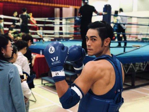 28歲的李迪恩為前男團「4ever」成員,也是林依晨師弟,團體解散後星途載浮載沉,經友人介紹開始練習泰拳,日前以新人之姿出戰第10屆全國泰拳錦標賽,猛奪75公斤亞軍,成績出色。只是泰拳對打過程激烈,...