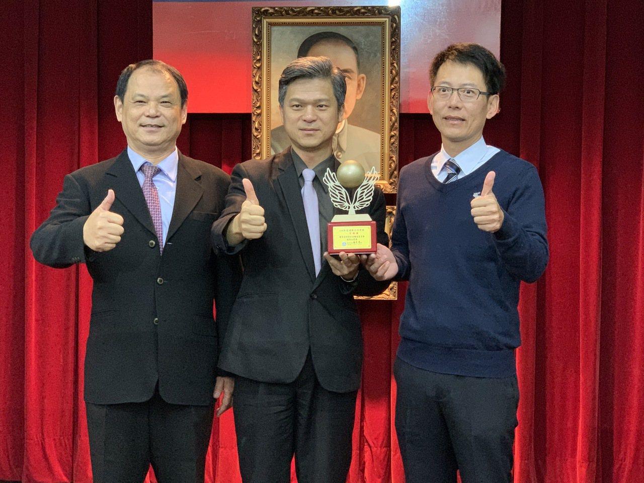 教育部國教署長彭富源(中)頒獎給高英工商校長陳德松(左)及廠商。圖/高英工商提供
