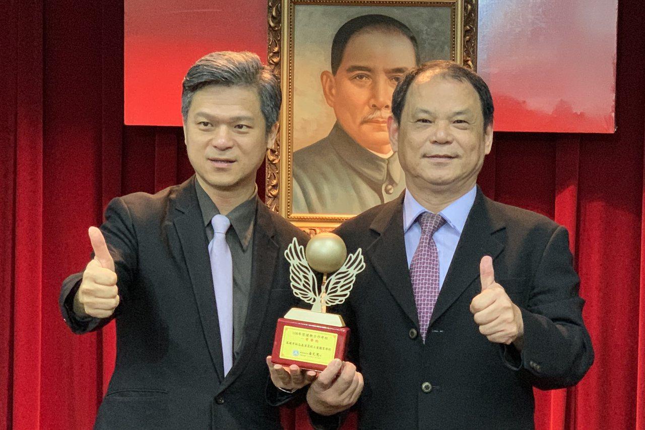 教育部國教署長彭富源(左)頒發「108年度建教合作考核一等學校」獎給高英工商校長...