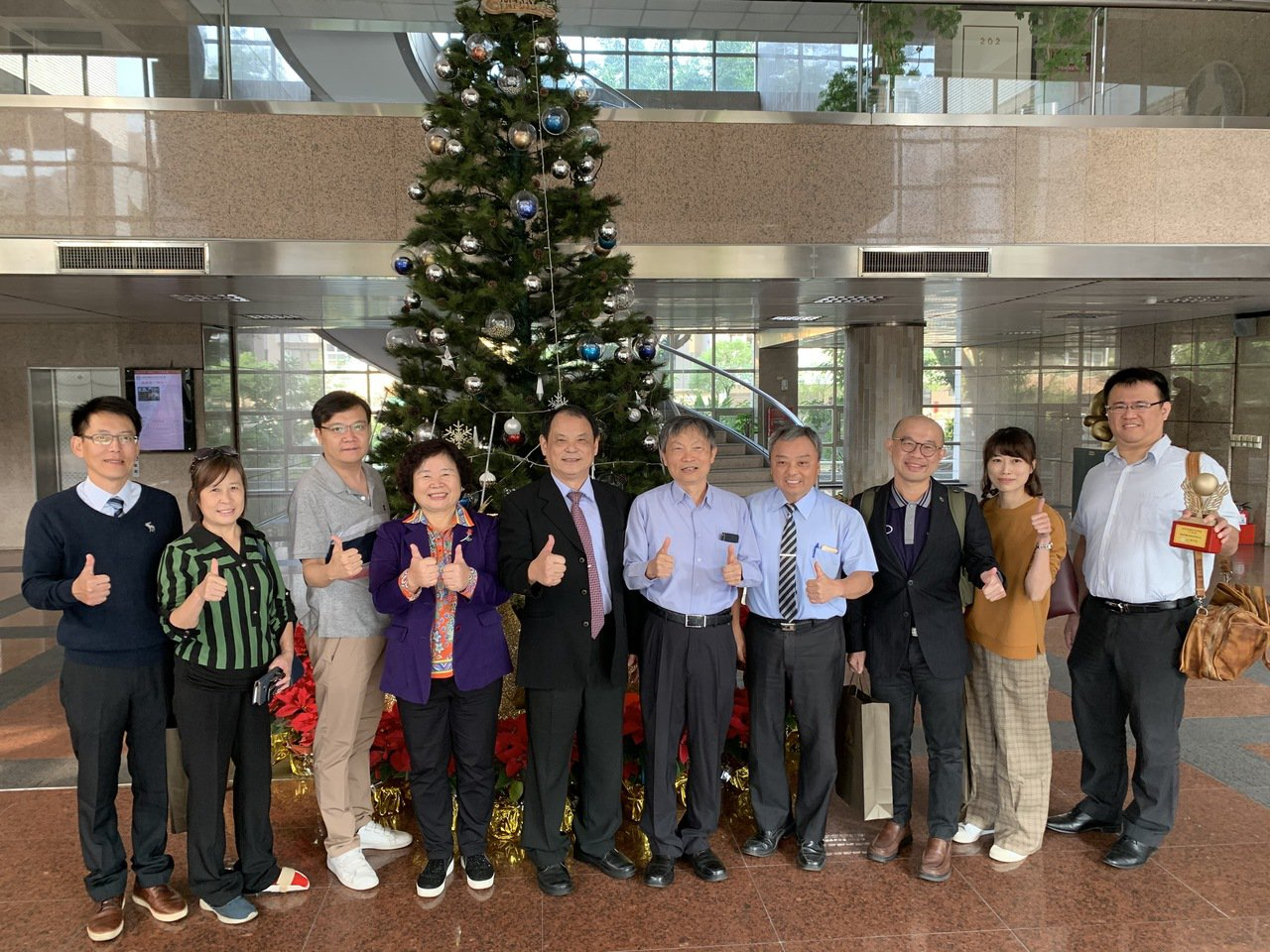 高英工商校長陳德松(左五)感謝建教合作廠家。圖/高英工商提供