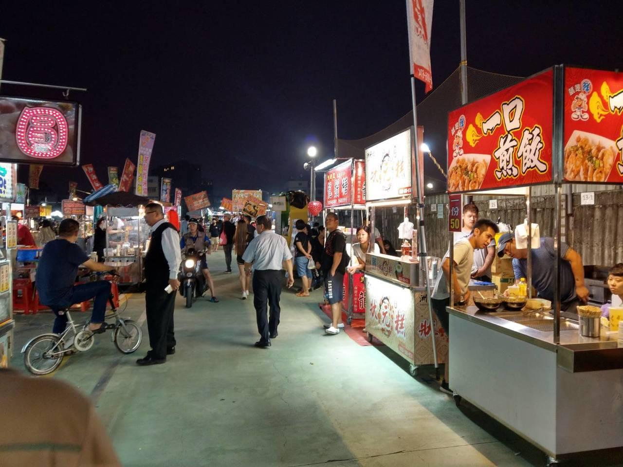 原在高雄市勞工公園後方的一德勞工夜市攤商今晚首度移到青年夜市營業,許多人都還不知...