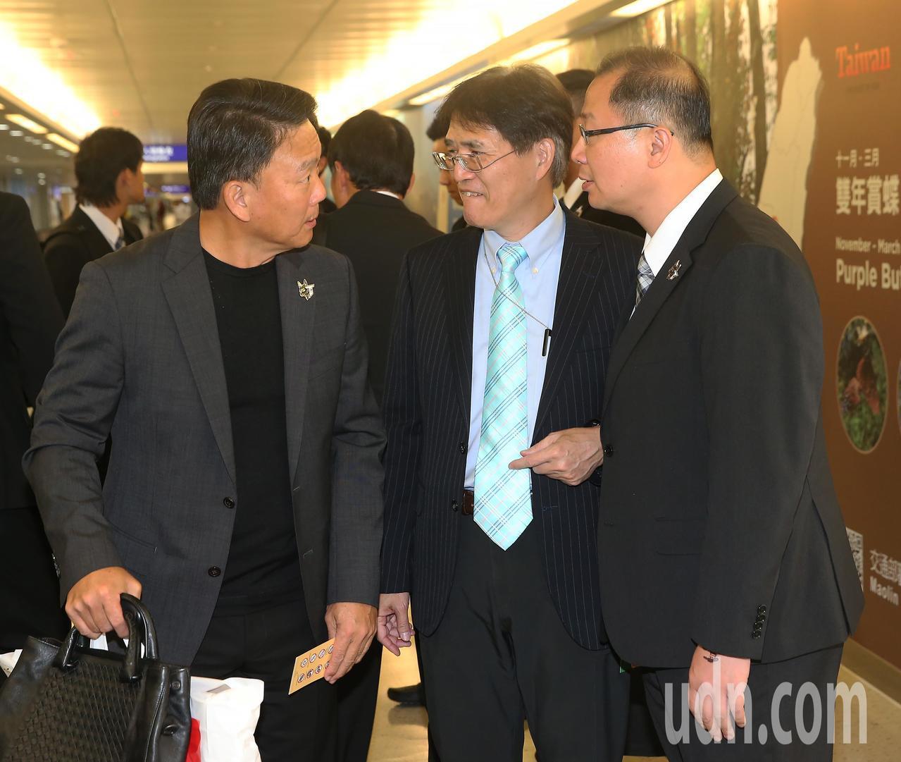 參加世界12強棒球賽中華代表隊18日傍晚分批返抵桃園機場,中華隊總教練洪一中(左...