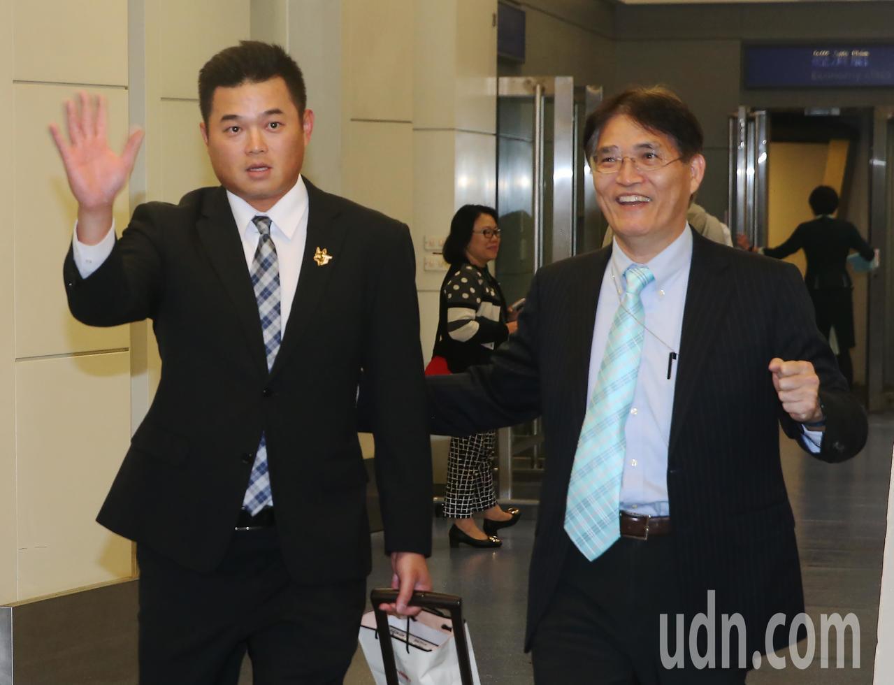 參加世界12強棒球賽中華代表隊18日傍晚分批返抵桃園機場,中華隊隊長胡金龍(左)...