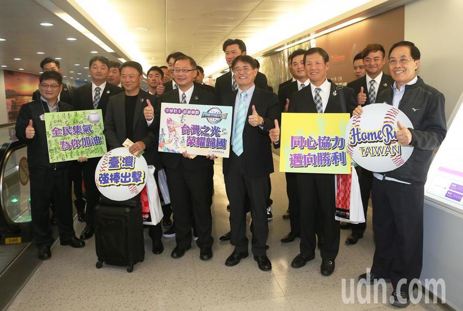 參加世界12強棒球賽中華代表隊18日傍晚分批返抵桃園機場。記者陳嘉寧/攝影