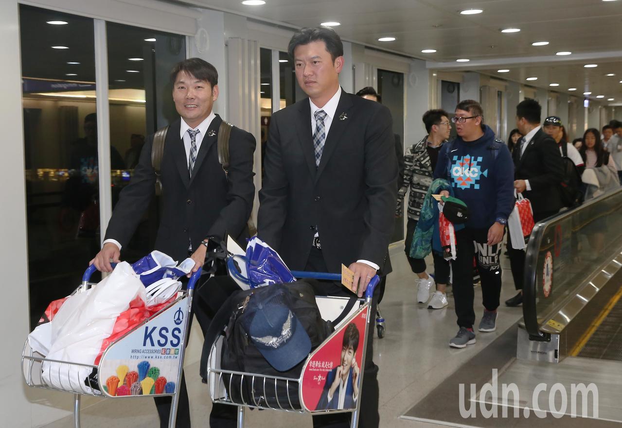 參加世界12強棒球賽中華代表隊18日傍晚分批返抵桃園機場,投手教練王建民(左二)...