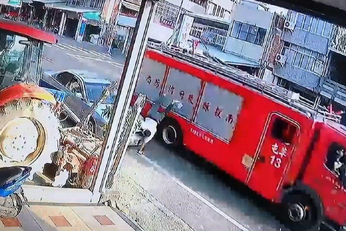 南投縣草屯鎮36歲鄧姓男子消防車的後視鏡擊中臉部,人直接被撞飛,傷勢嚴重有生命危...