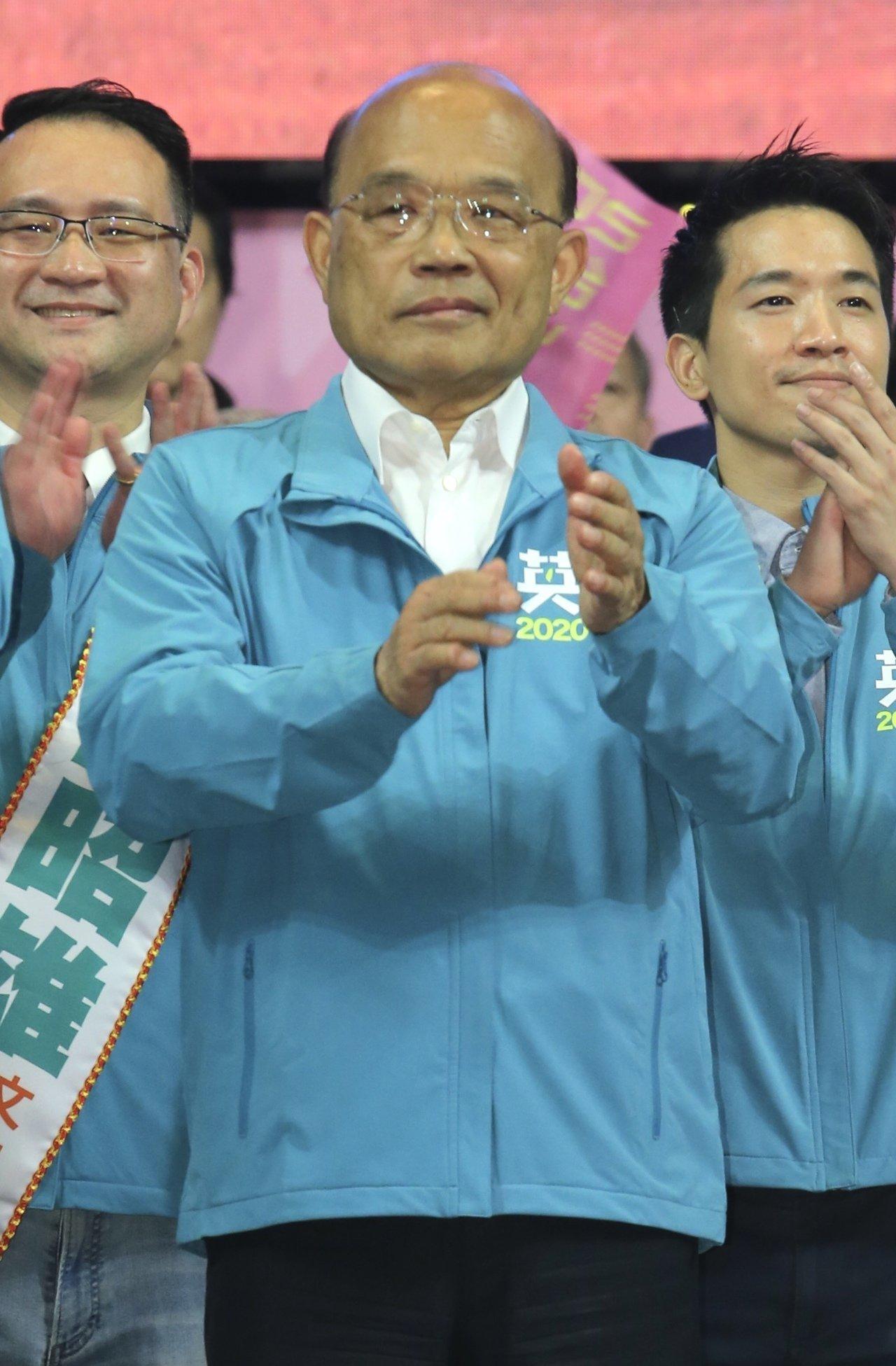 行政院長蘇貞昌出席蔡英文競選總部成立大會,遭到病毒感染造成顏面神經失調,站在台上...