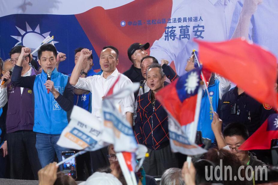國民黨總統參選人韓國瑜(中白衣者)昨晚出席國民黨立委參選人蔣萬安的造勢活動,湧入眾多支持民眾現場人山人海。記者季相儒/攝影