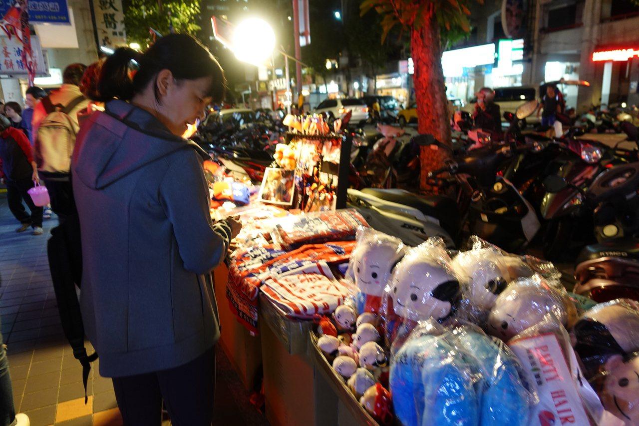 國民黨總統參選人韓國瑜今上午完成登記,下午隨即在台北市展開「傾聽之旅」,一連走訪...