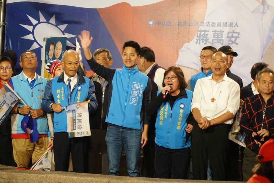國民黨總統參選人韓國瑜今上午完成登記,下午隨即在台北市展開「傾聽之旅」,一連走訪5個選區,晚間來到中山區的興安華城和立委蔣萬安合體,受到民眾熱烈歡迎。記者邱瓊玉/攝影