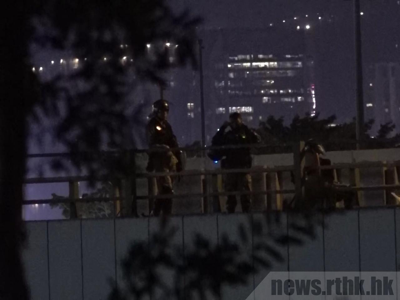 示威者逗留在理工大學內,與警方對峙。(取自香港電台)