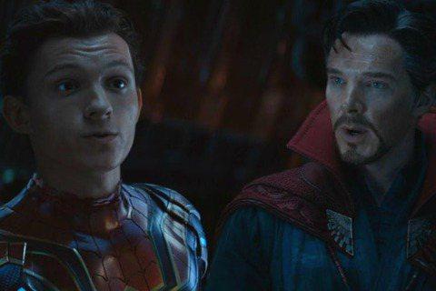 電影「復仇者聯盟:無限之戰」是近年最受關注的大片之一,也是2018年電影賣座冠軍,早在2年前便有一張圖片在網路上流竄,圖片上是攝影機,可看到奇異博士、蜘蛛人等兩大英雄在外星球上對抗敵人,並能在畫面底...