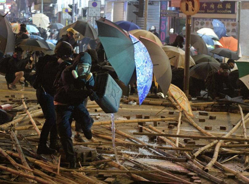 在理大外,仍有一批示威者在場與警方對峙。(星島網)
