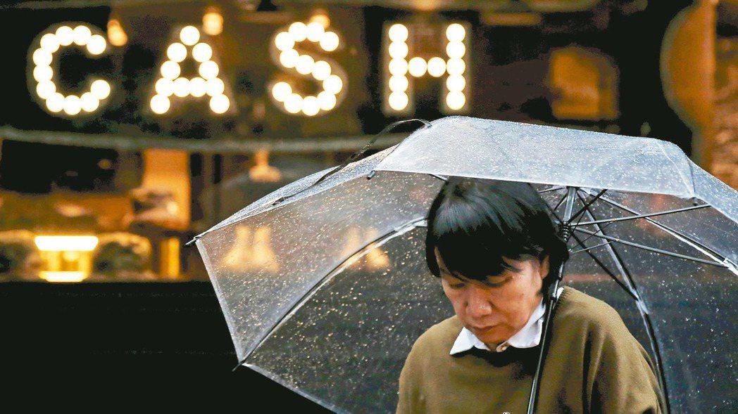 調查顯示,約五分之一的日本家庭會使用電子貨幣進行小額支付,比率較一年前提升。 路...