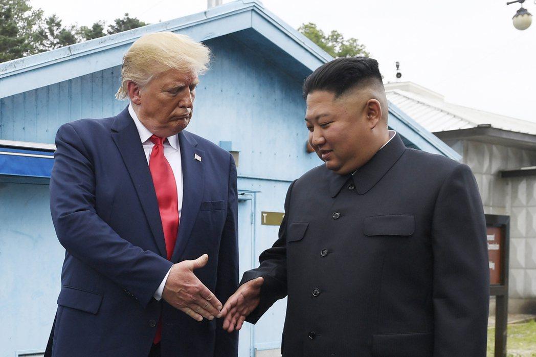 北韓領導人金正恩(右)6月30日在南韓板門店與美國總統川普(左)會面。(美聯社)
