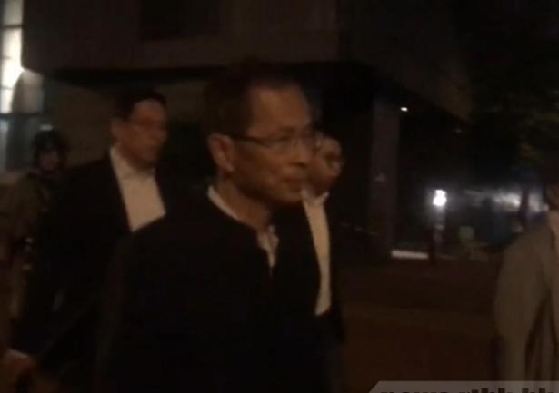 香港前立法會主席曾鈺成現身理大校園外。(香港電台照片)