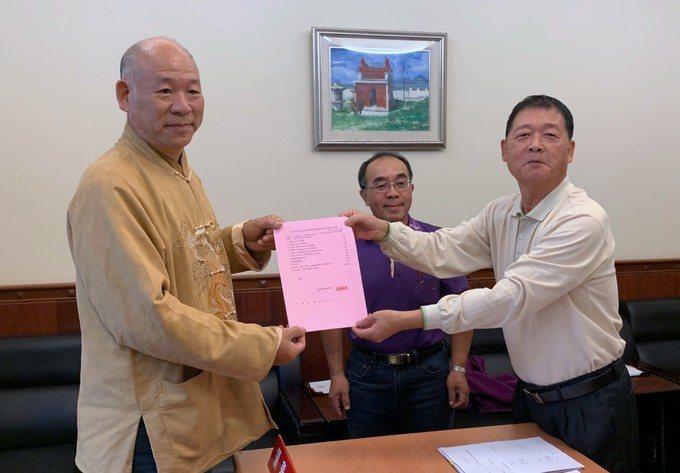 連江縣前議員王長明(左)昨早成為第一人登記立委選舉。 圖/連江縣選委會提供