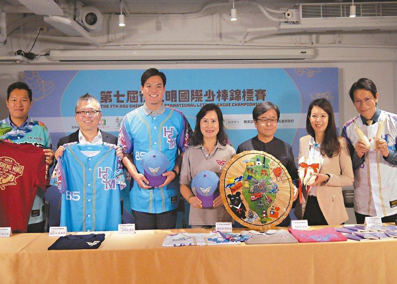 張育成(左三)和師母謝榮瑤(中)出席徐生明國際少棒賽記者會。 記者吳敏欣/攝影