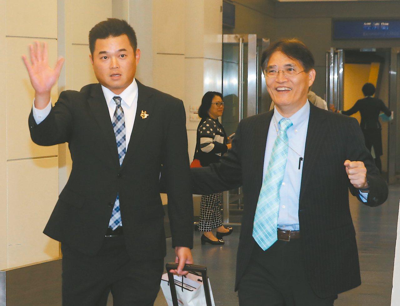 隊長胡金龍(左)下機時,體育署署長高俊雄(右)親自在空橋門口迎接。 記者陳嘉寧/...
