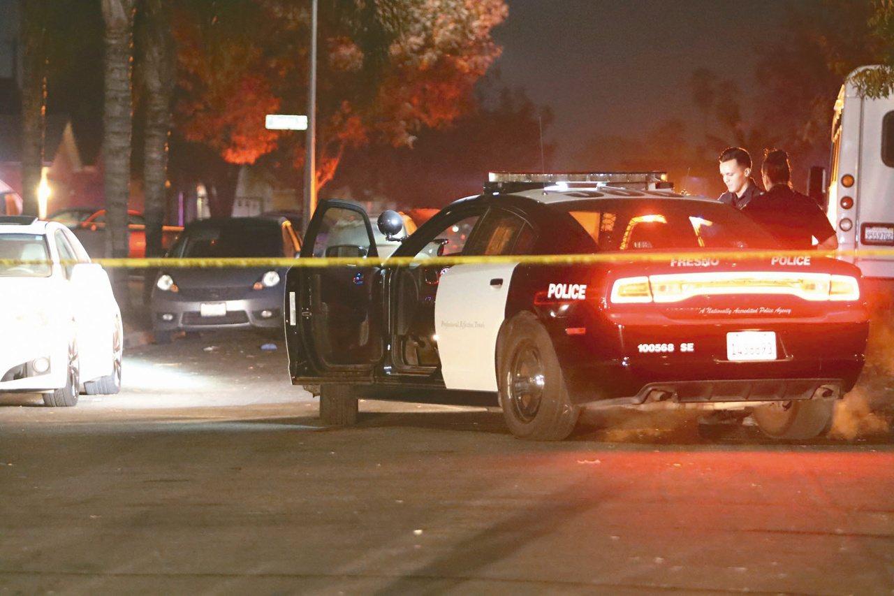 美國加州弗瑞斯諾市十七日發生民宅派對槍擊案,警方在現場拉起封鎖線。(美聯社)