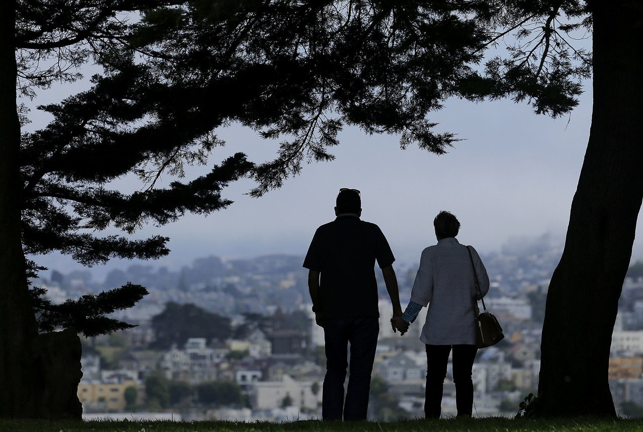 一對夫婦在艾爾塔廣場公園俯瞰舊金山。 (美聯社)