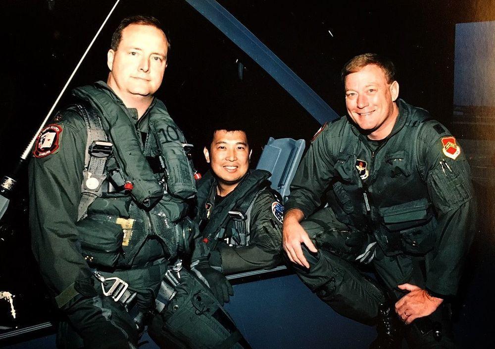 郝光明中校(中)與兩位美軍飛官,1997年將首批兩架F-16由美國飛回台灣。圖/...