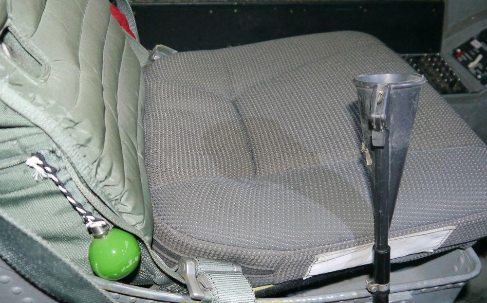 E-2預警機的兩位飛官座位旁,各有一具尿管可供「方便」。圖/空軍提供