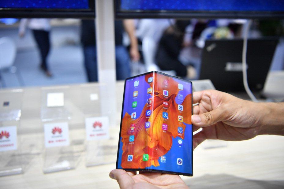 華為首款5G折疊螢幕手機Mate X已在官網發售,價格高達人民幣1萬6,999元(約7萬5千元台幣),但兩次開售即售罄。 中新社