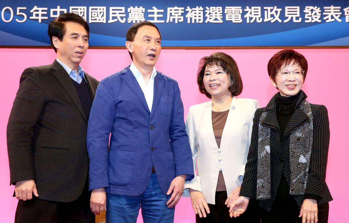 2016年3月國民黨主席補選,首次有非院長級民代參選,左二為台北市議員李新,左一...