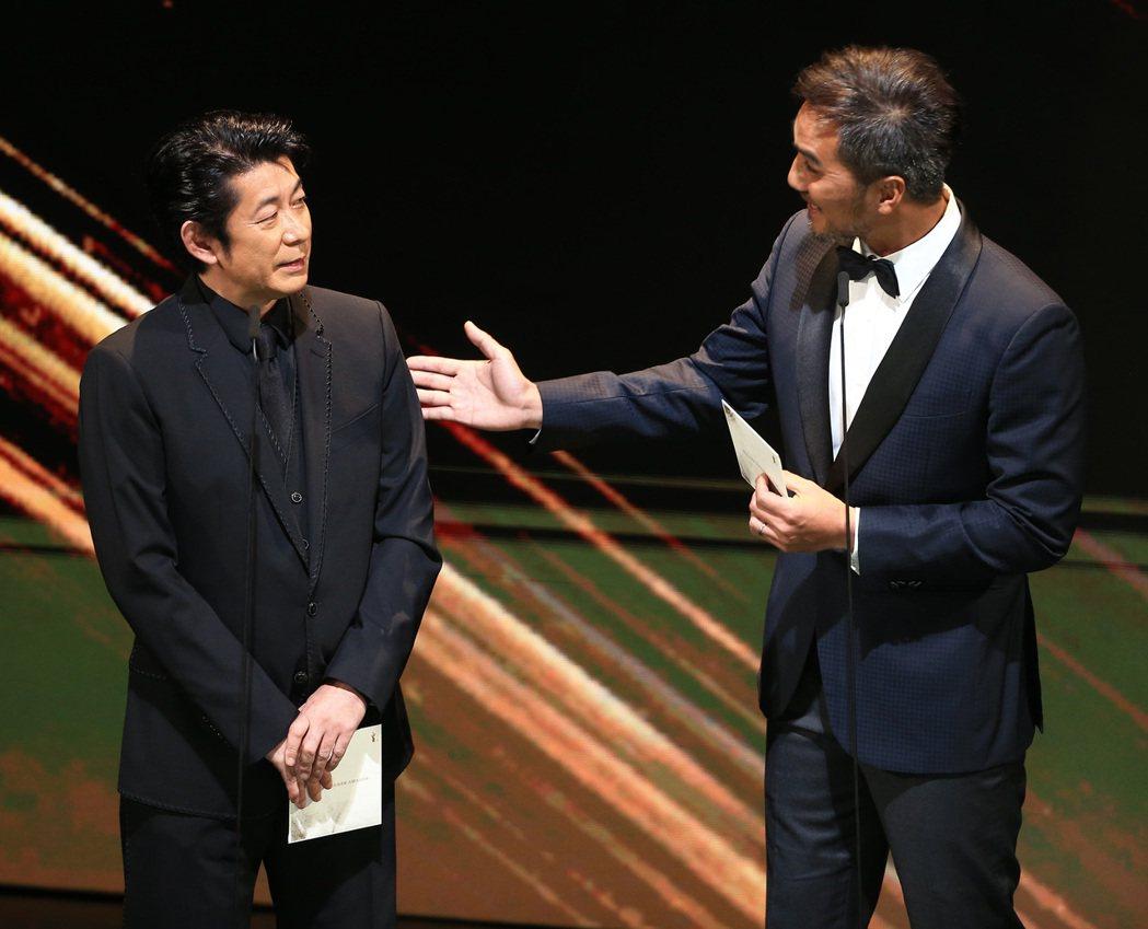 第56屆金馬獎頒獎典禮,永瀨正敏(左)與馬志翔頒發最佳改編劇本獎與最佳女配角獎。...