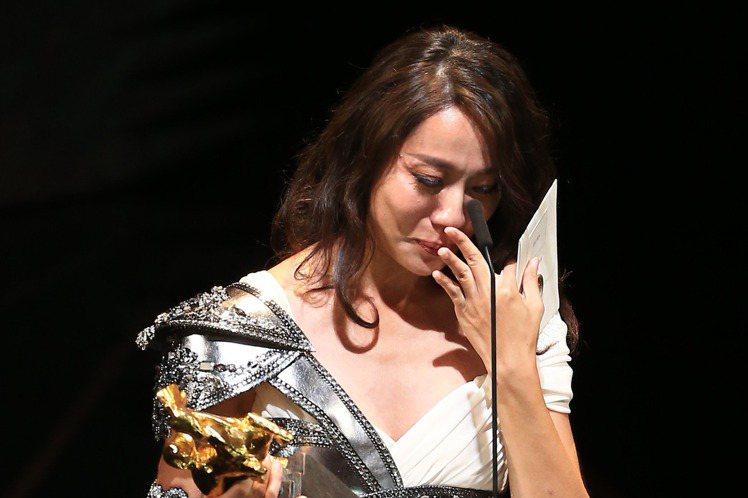 9年前曾以「父後七日」角逐金馬獎最佳女配角的張詩盈,為人妻母後捲土重來,靠著「我的靈魂是愛做的」中強勢、讓「小王」也畏懼的正宮妻子一角,終於抱得獎座歸。她一上台就相當激動,坦言「能被看到是很幸運的」...