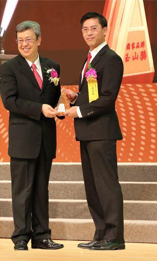 三商美邦人壽財務長陳宏昇(右)代表接受副總統陳建仁頒贈「最佳產品類獎」獎座。 三...