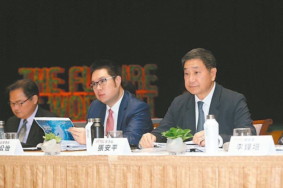 台泥董事長張安平(右)、副董事長辜公怡出席法說會說明公司業績和展望。 報系資料照