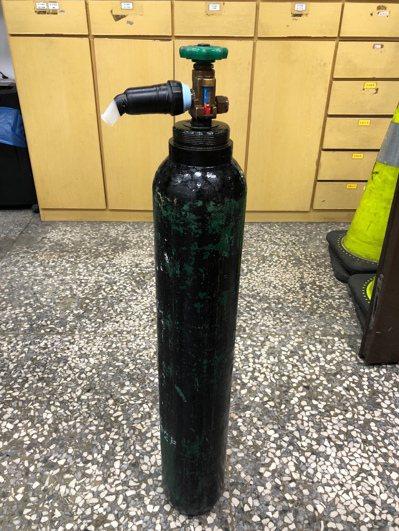 圖為警方今年九月在一家KTV查獲7男女吸笑氣開轟趴的笑氣瓶。記者游明煌/翻攝