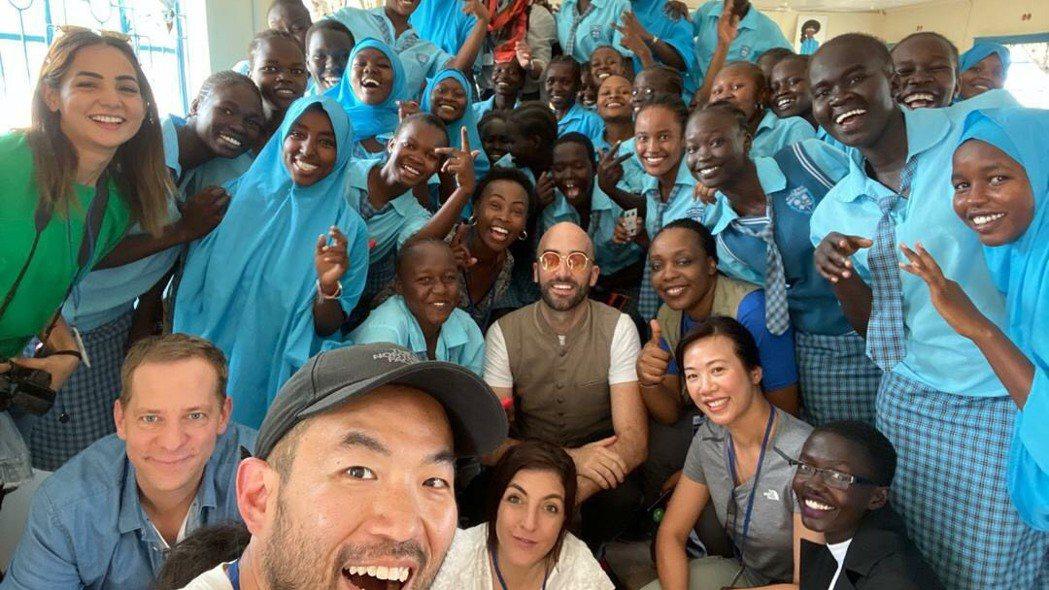 新光人壽副總經理吳欣盈(前排蹲下右二)2019年10月下旬參訪肯亞難民營。 圖/...