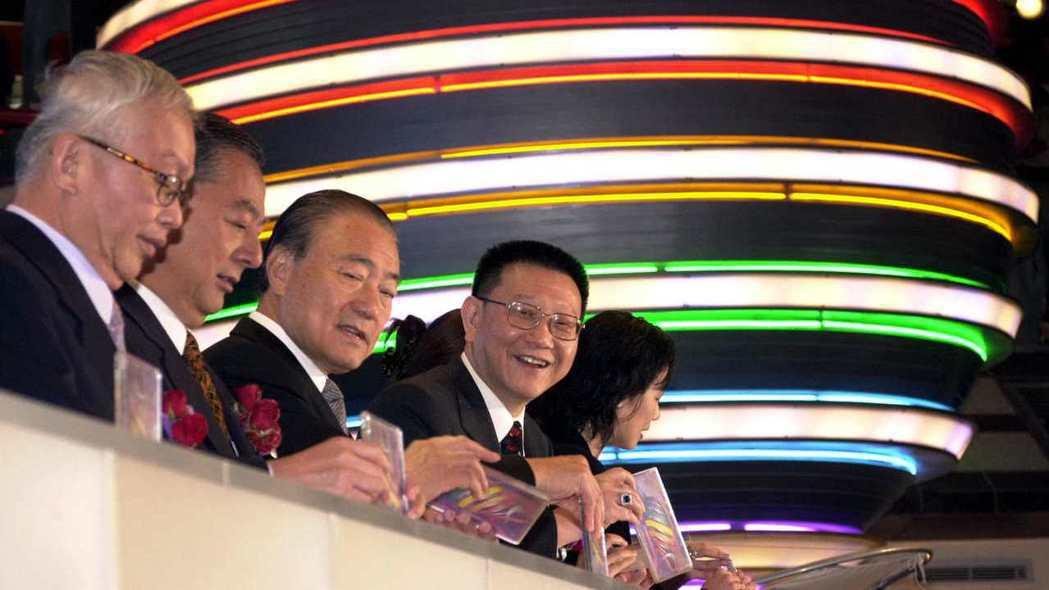 2001年11月23日, 號稱全亞洲最大的Living Mall以感恩酒會方式代...