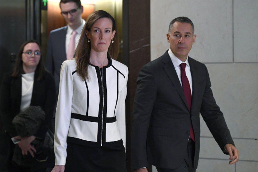 眾院情報委員會公布副總統潘斯的外交助理威廉斯(中)月初作證證辭不利川普總統在烏克...