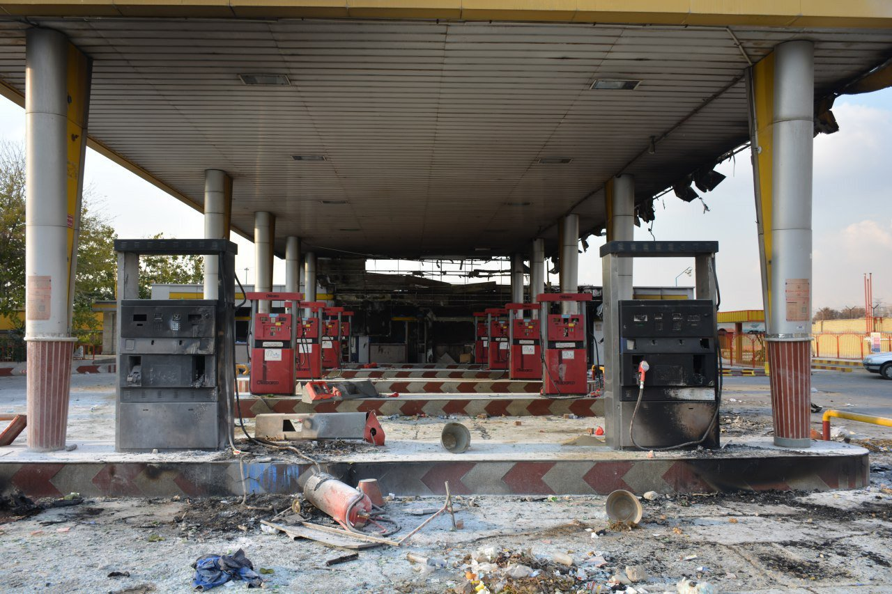 伊朗調漲油價且對汽油實施配額,引發民眾上街抗議,圖為首都德黑蘭近郊一座遭反政府示...