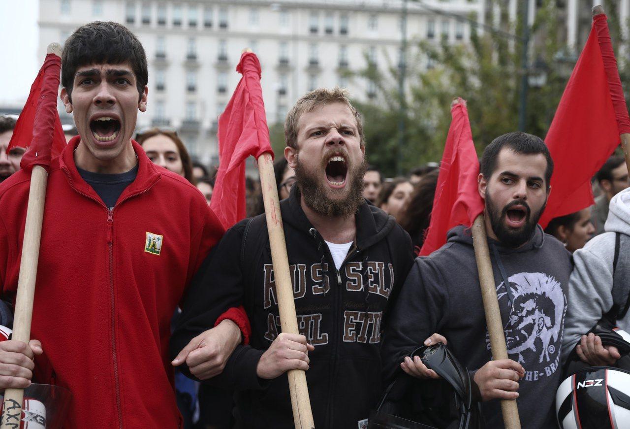 遊行人士由雅典理工學院出發前往美國領事館,沿途不斷高叫反政府、反美口號。 美聯社
