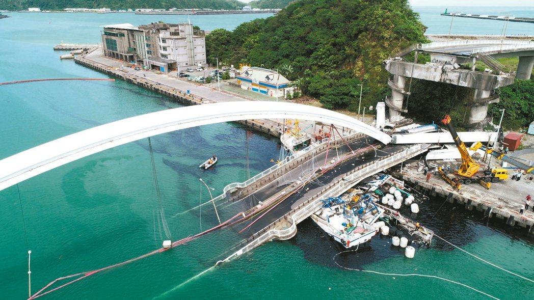 南方澳跨港大橋上月1日崩塌,造成六名外籍漁工罹難。 本報資料照片