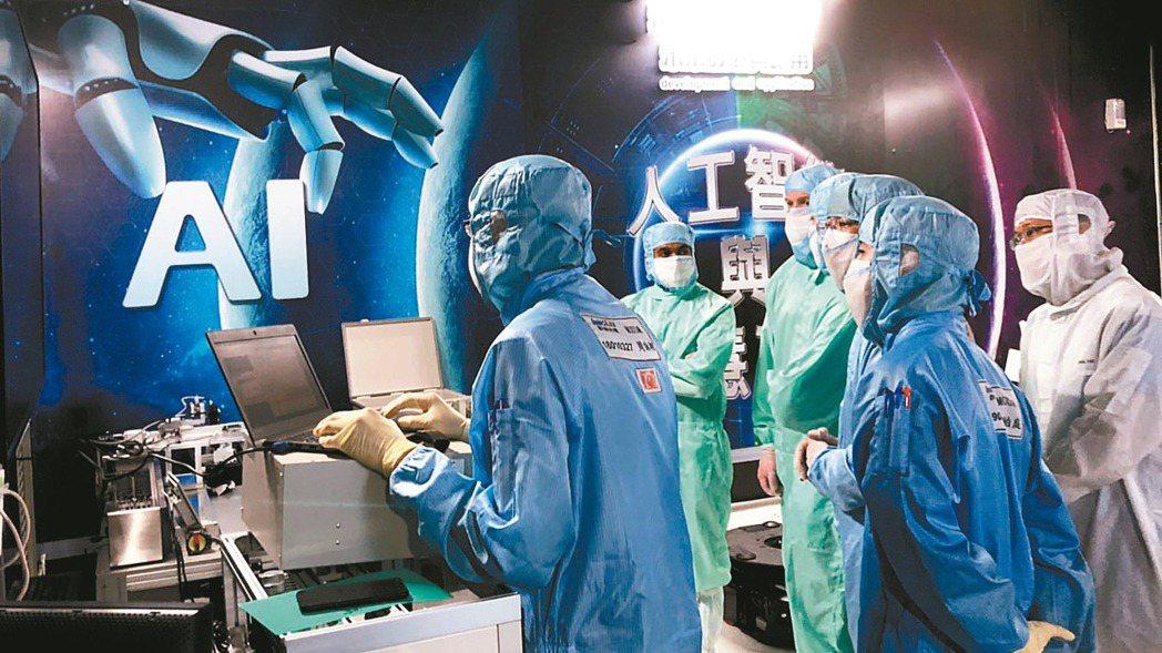 鴻海美籍幹部參加AI工廠管理訓練。 圖/鴻海提供