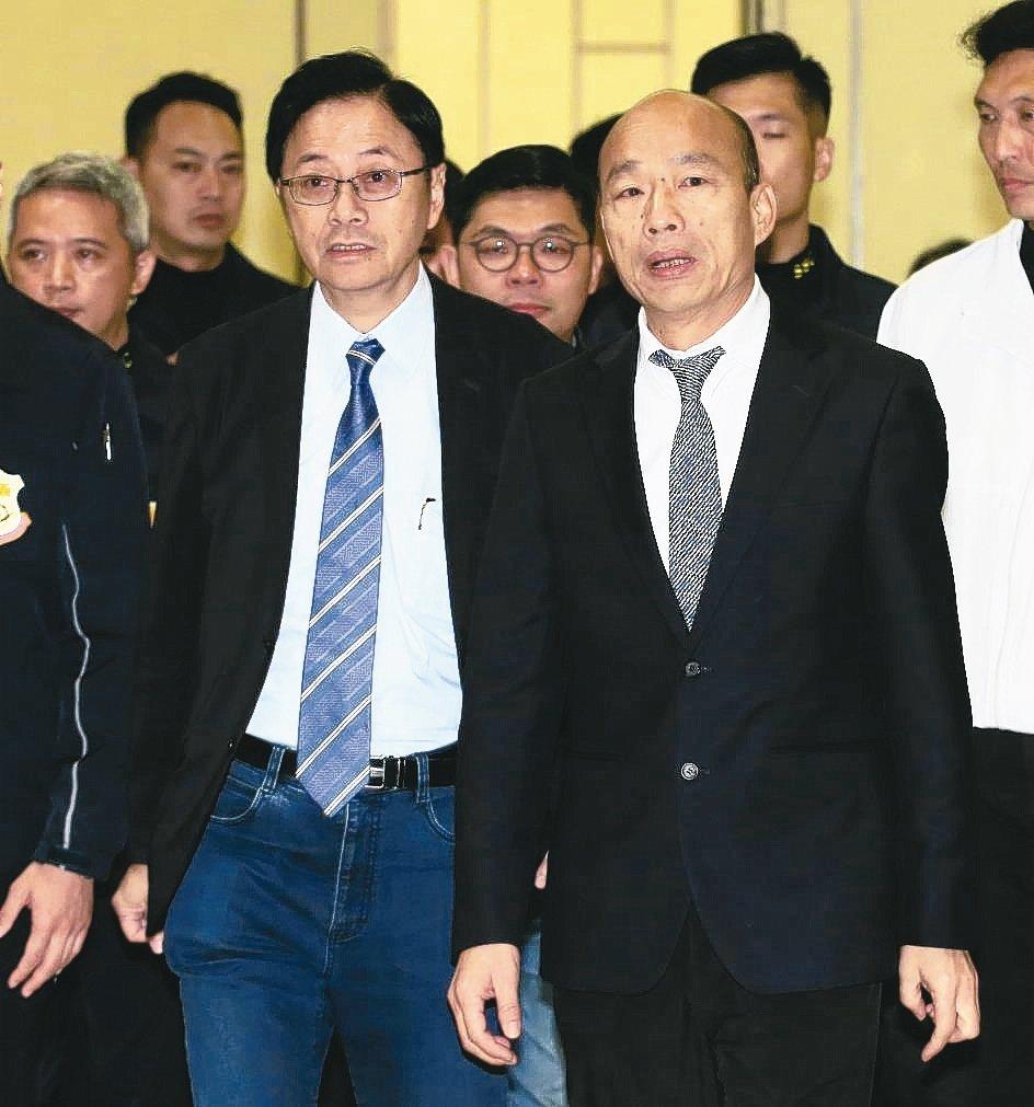 國民黨總統參選人韓國瑜(右)與副手張善政(左),上午出席「第二屆社會型企業東亞年...