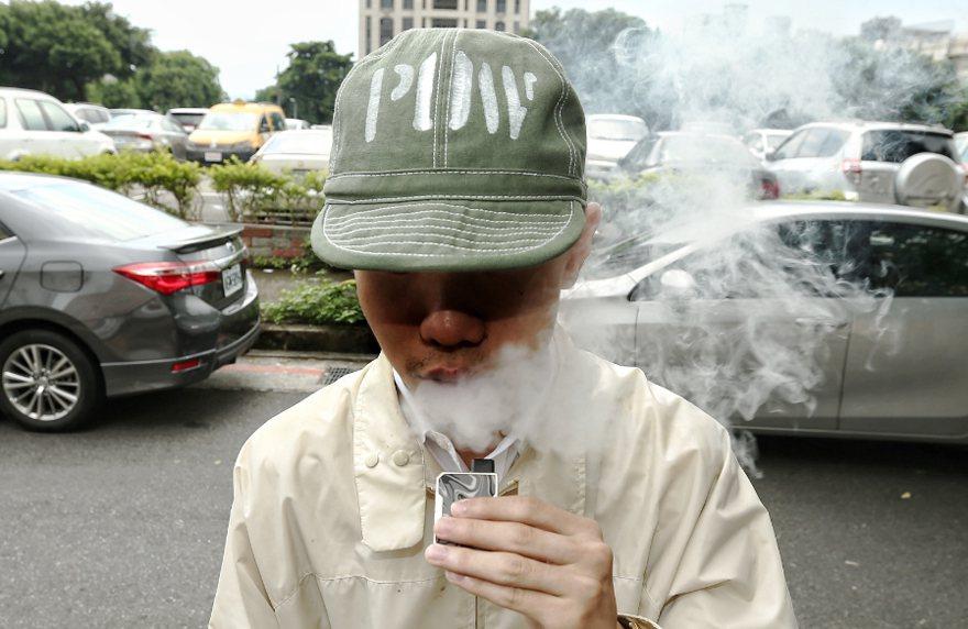 美國媒體報導,川普總統對某些口味電子菸所擬議的禁令已打退堂鼓,以免流失選票。 (...