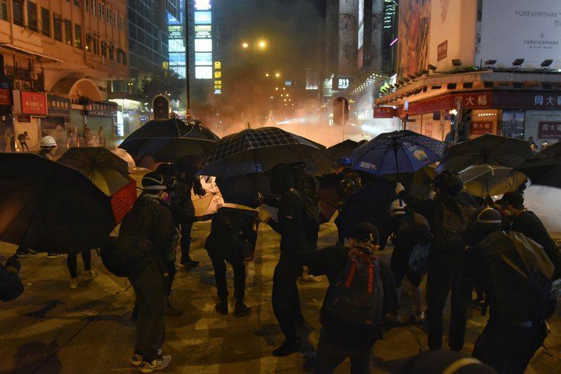 18日晚間,出現示威者上街堵路,響應「去理大,救學生」號召,試圖「圍魏救趙」,分散警力,讓受困理大的示威者有機會逃出。歐新社