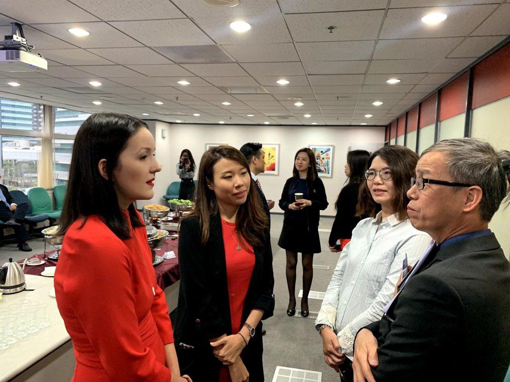 經濟部工業局林俊秀組長(右)與波蘭代表交流產業現況。 蔡尚勳/攝影