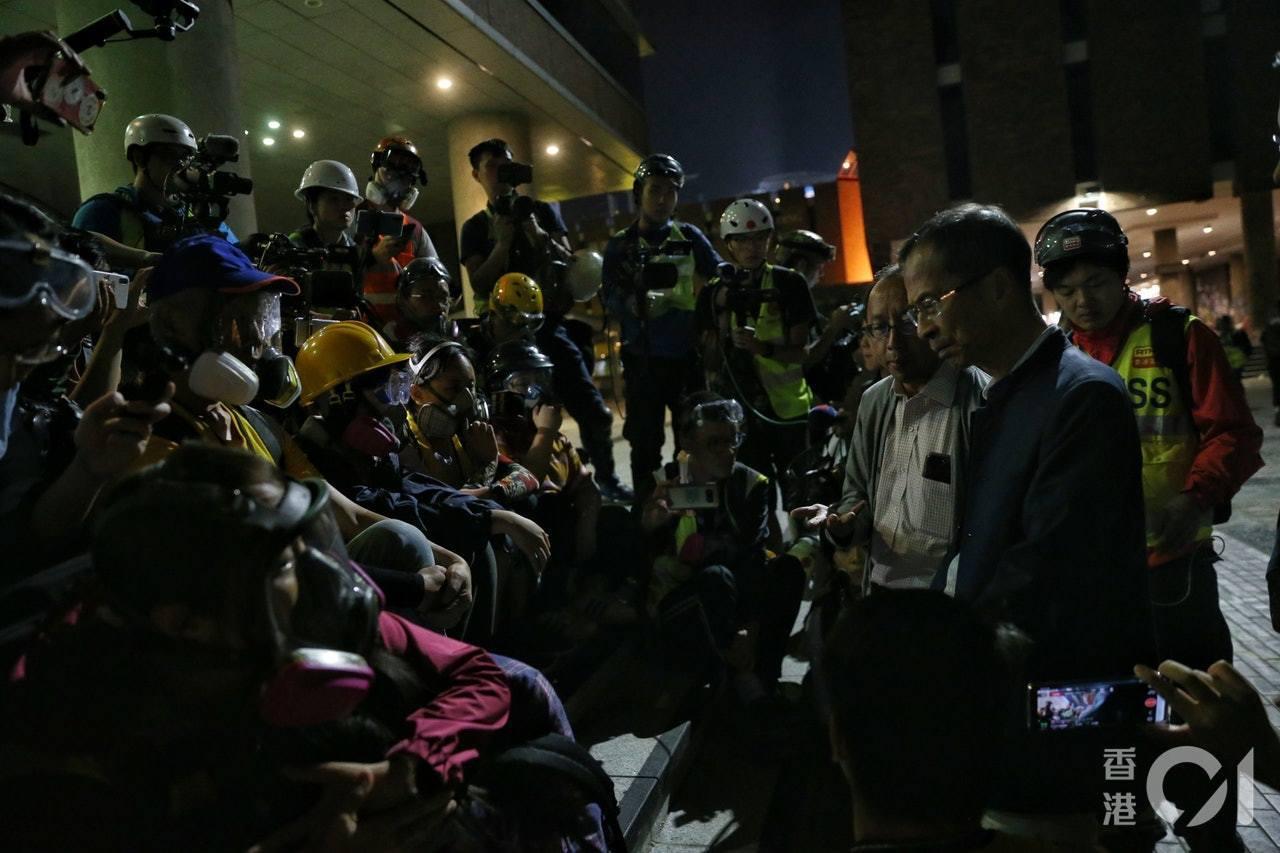 曾鈺成、張達明等人進入理大與示威者對話。(梁鵬威攝)